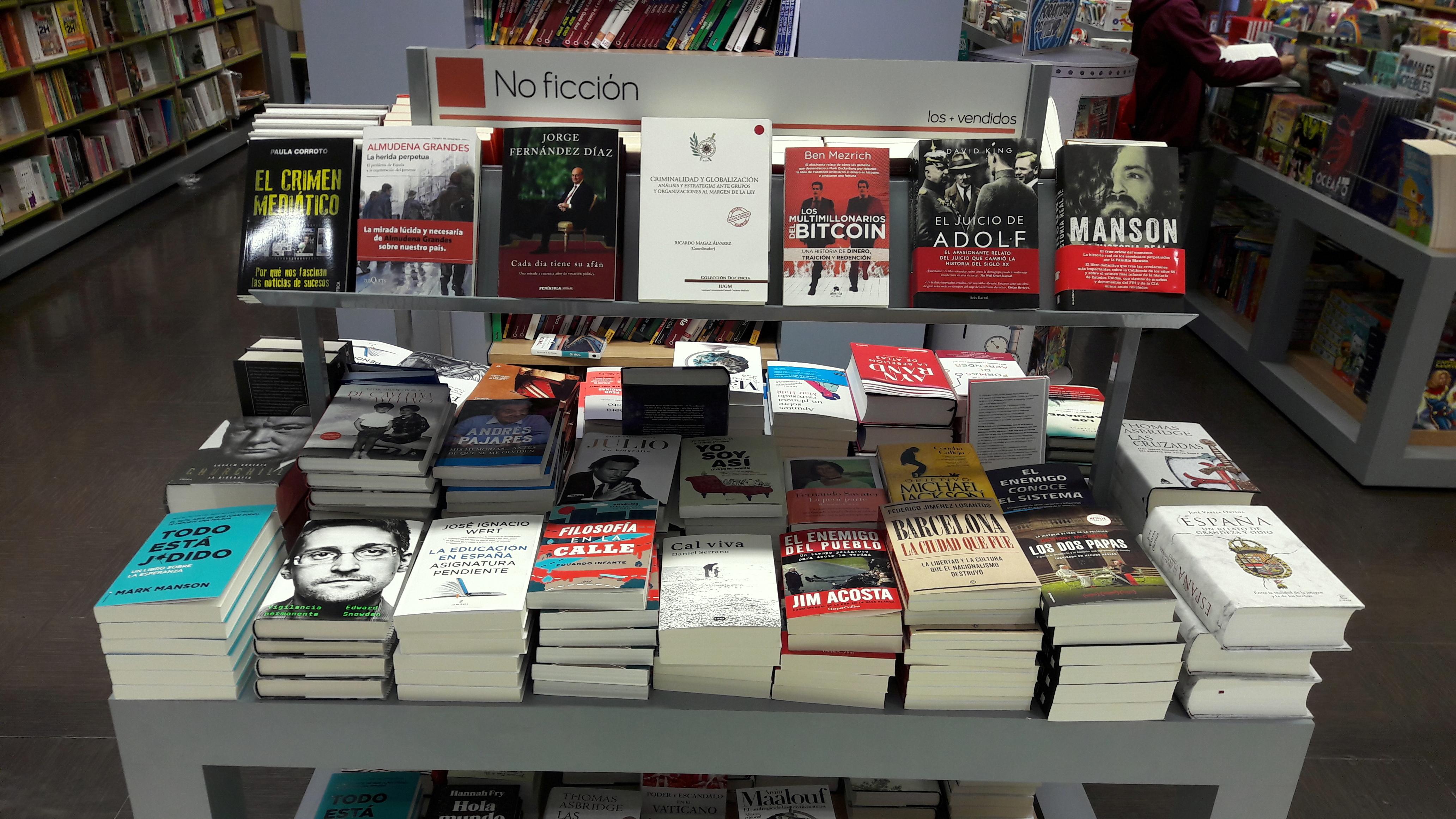 libro-criminalidad-y-globalizacion-exposicion-estanteria-libreria